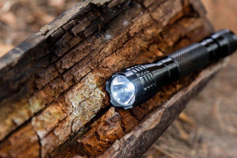 Linterna en tronco de madera