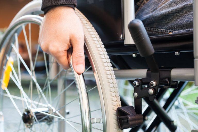 Close up a silla de ruedas