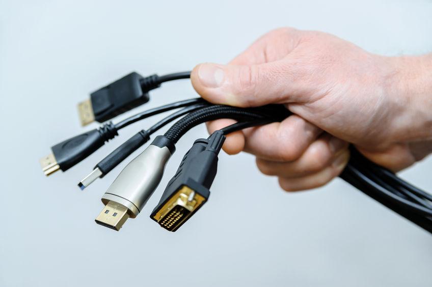 persona con cables en la mano