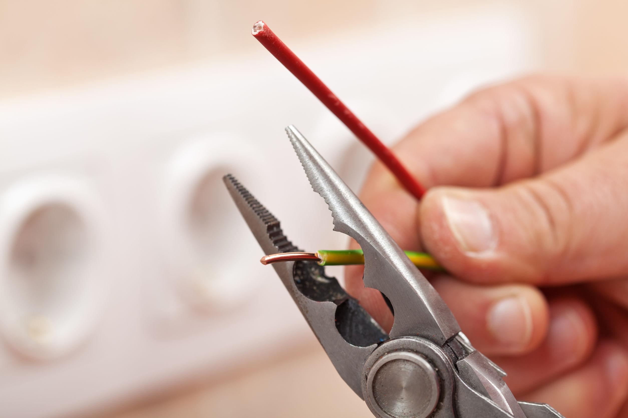 Alicates pelando cables de cobre