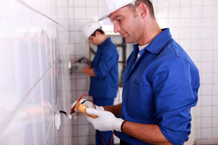 electricistas trabajando en instalación