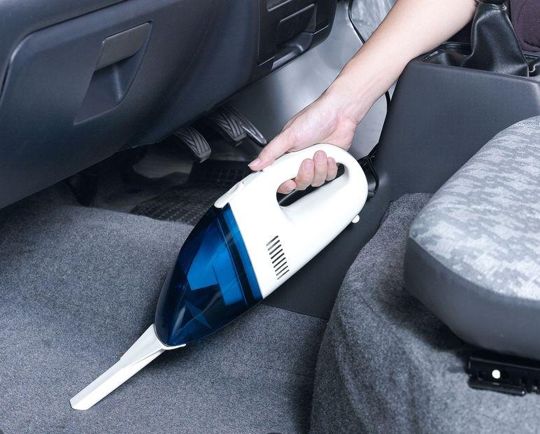 aspirando el interior del vehículo