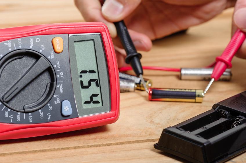 testeando el voltaje de una bateria