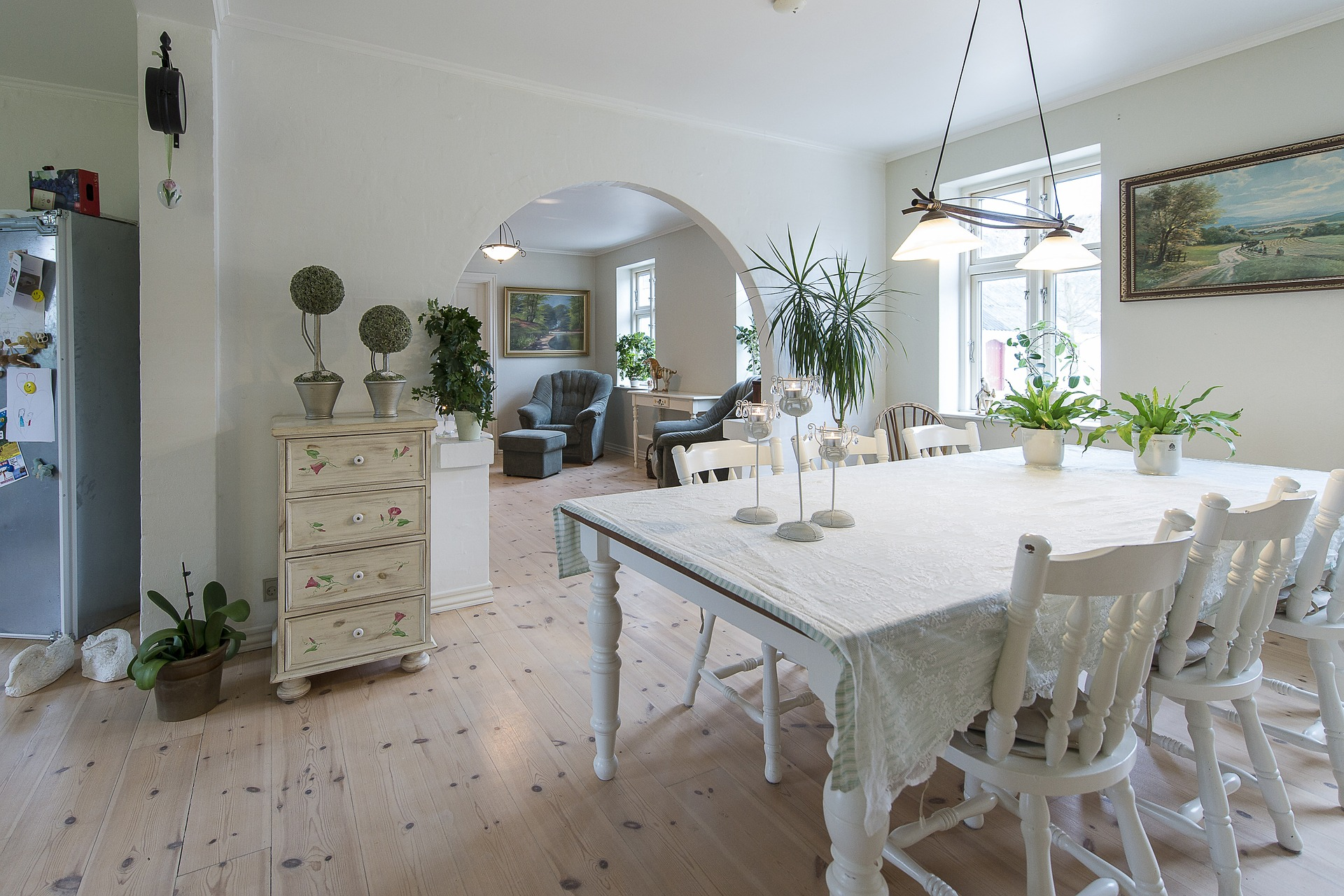 sala con decoración blanca