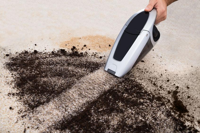 remover tierra de alfombra
