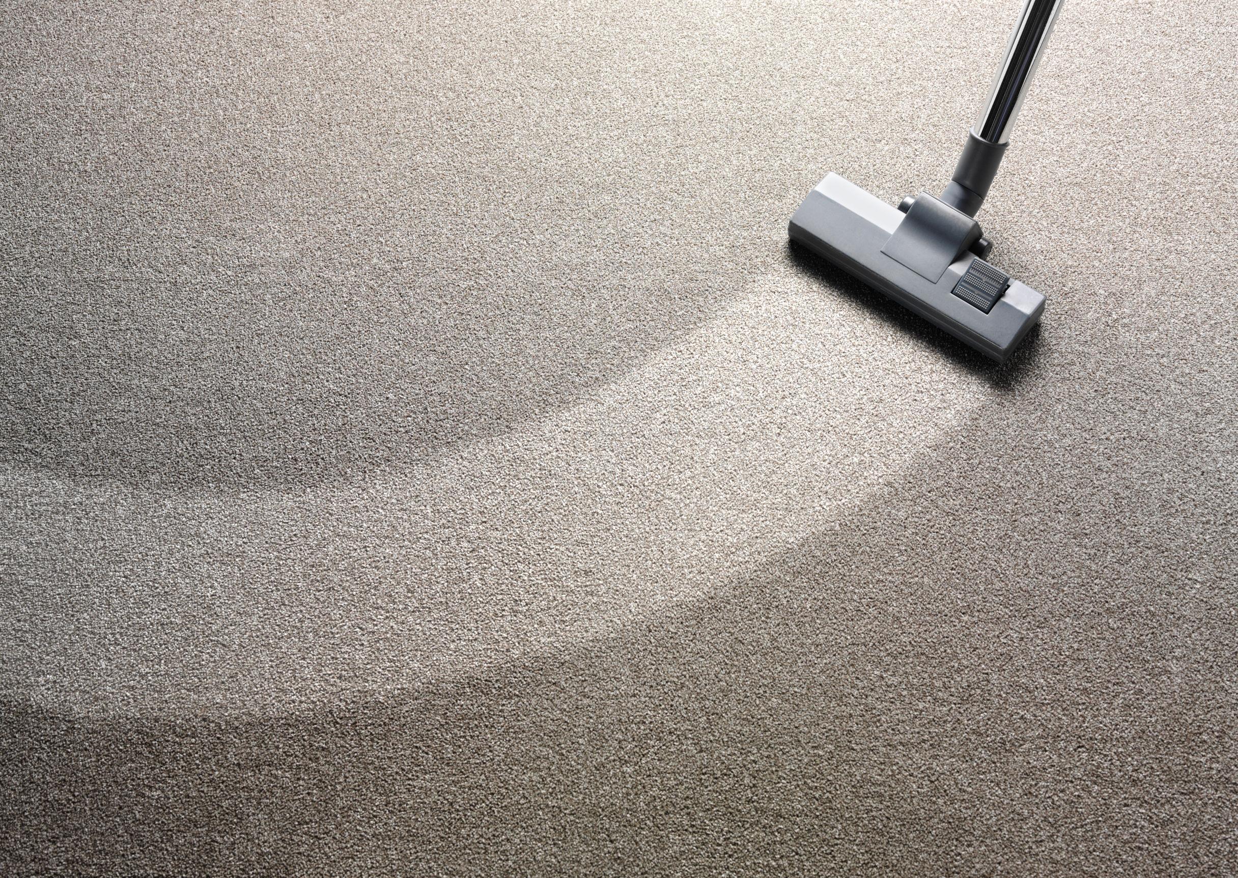 Aspirador en una alfombra con una tira limpia