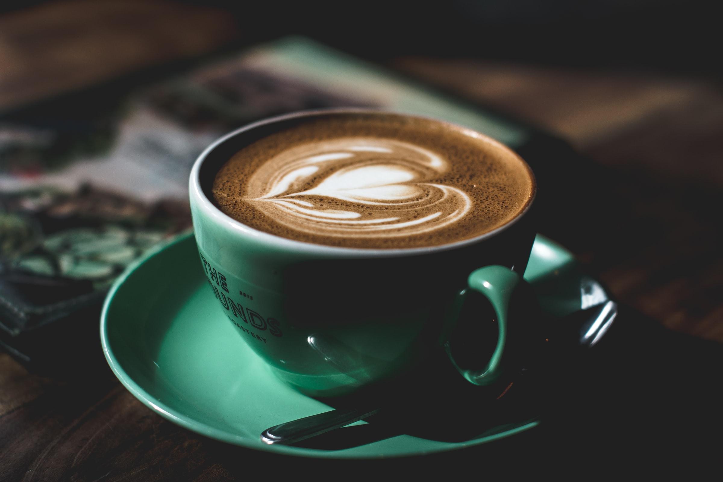 latte en taza verde