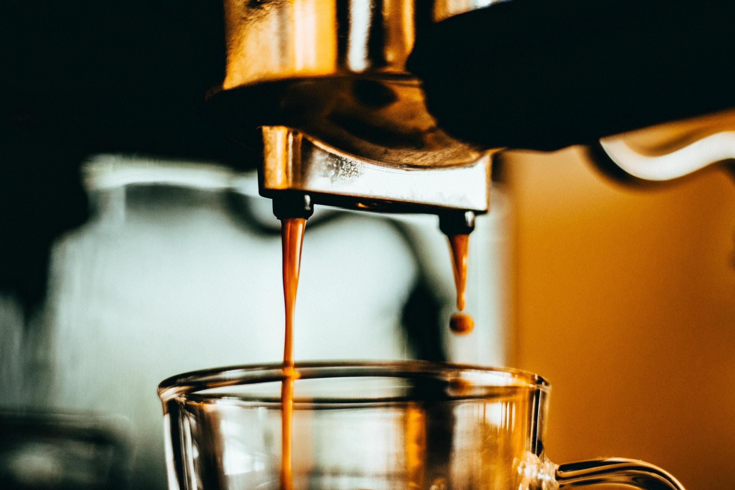 preparando cafe late