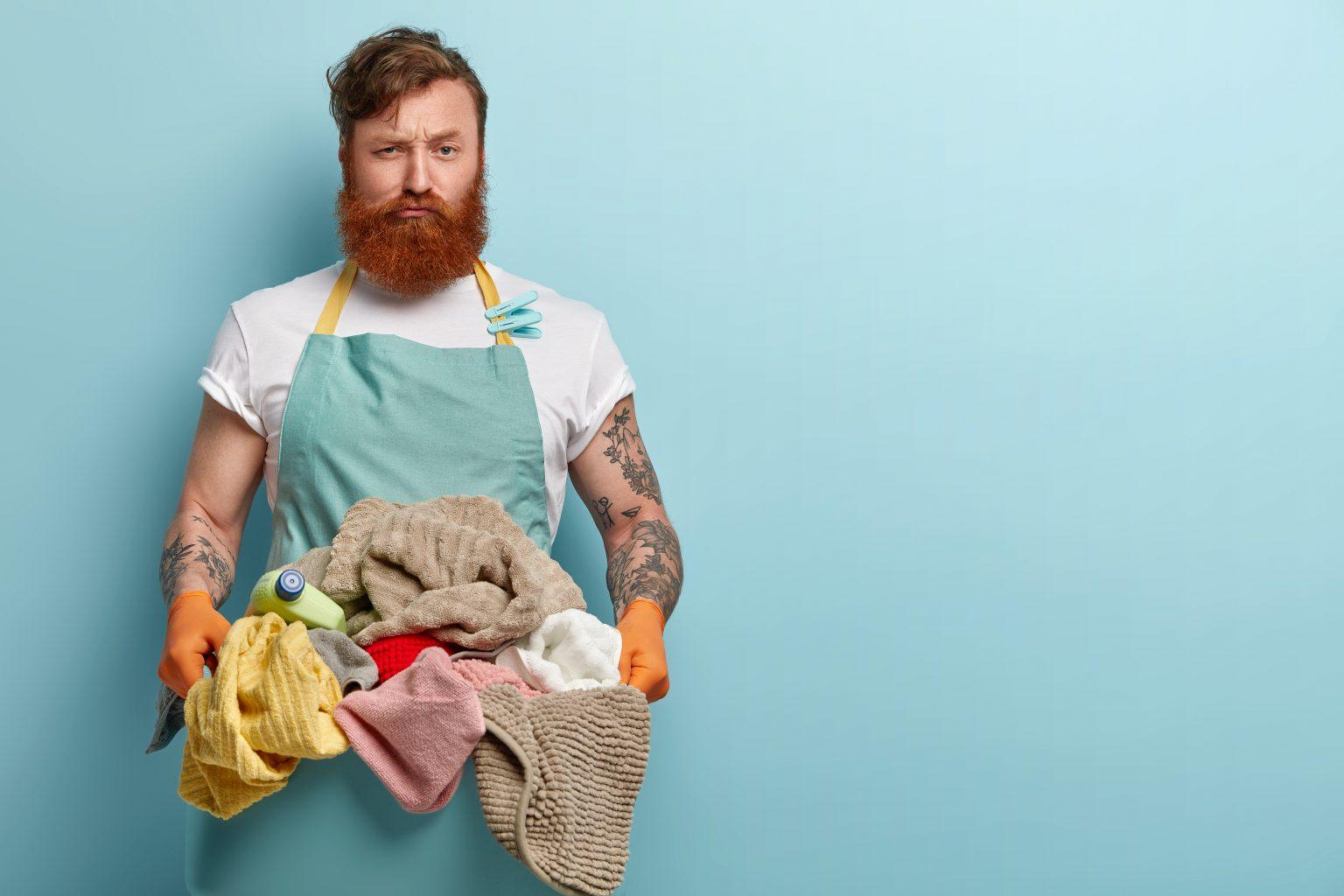hombre con ropa de lavadora