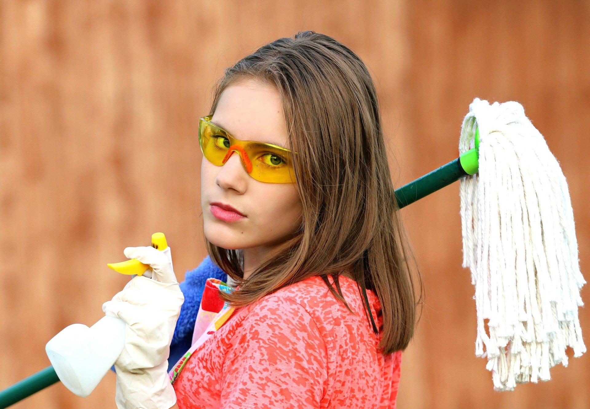 Chica cargando una fregona