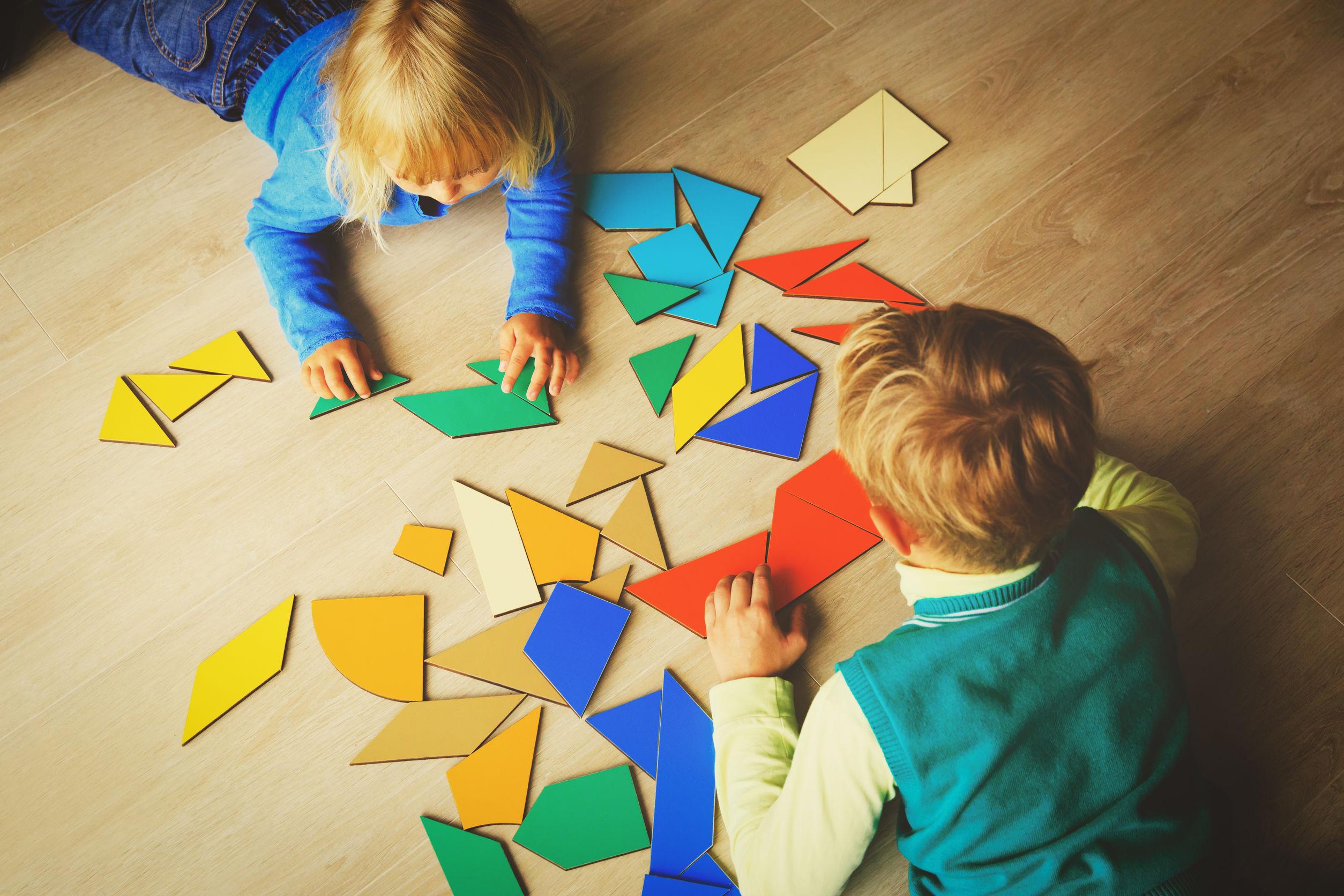niños jugando con puzzle