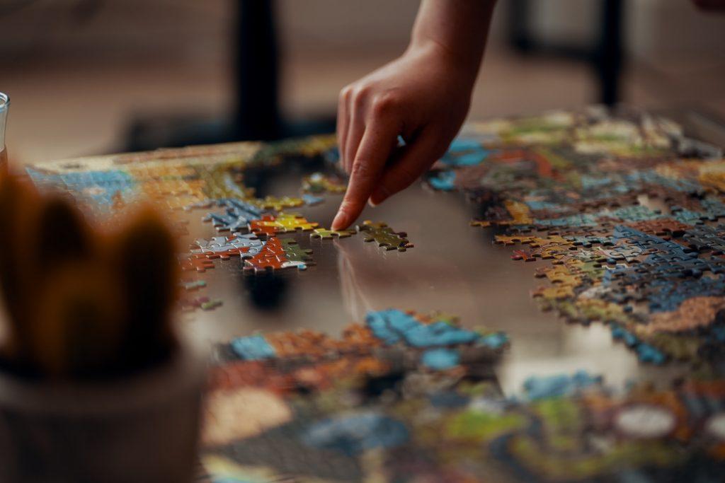niño jugando con rompecabezas