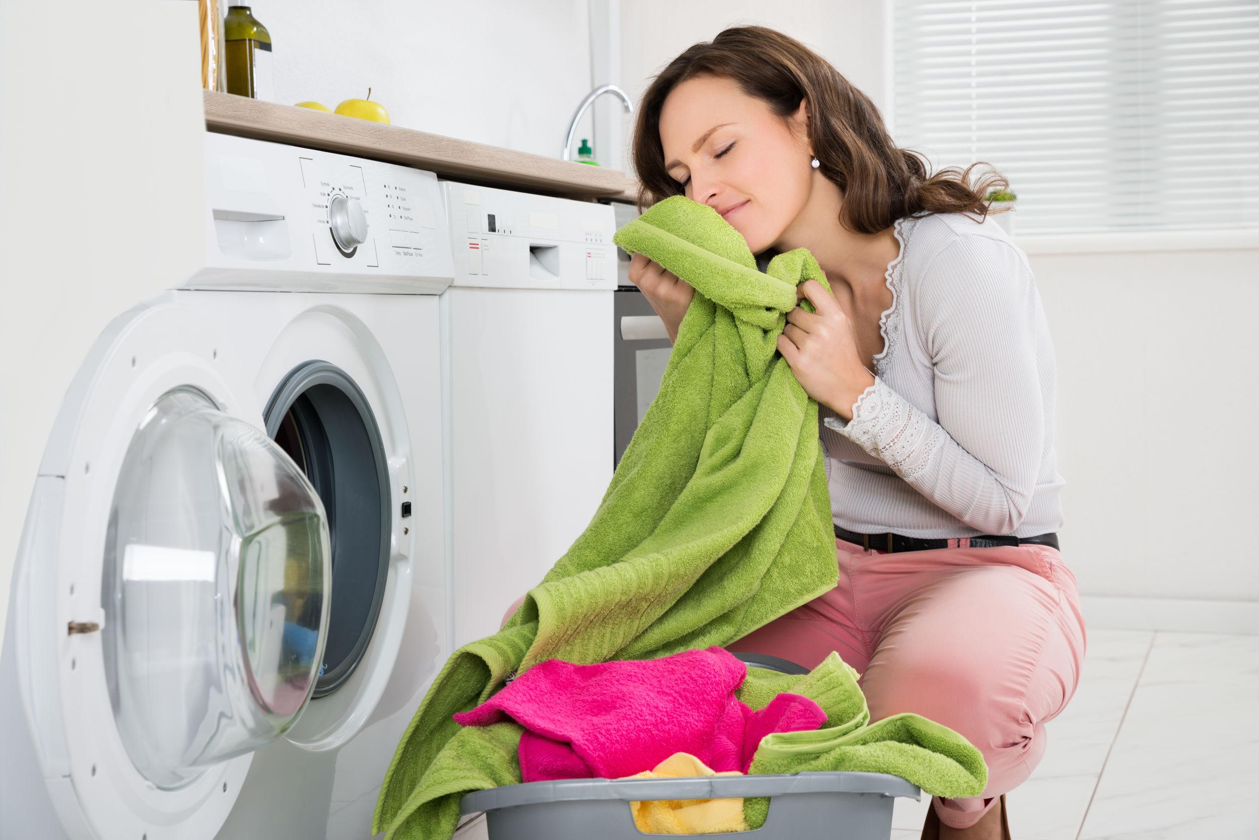 Mujer con ropa cerca de la secadora