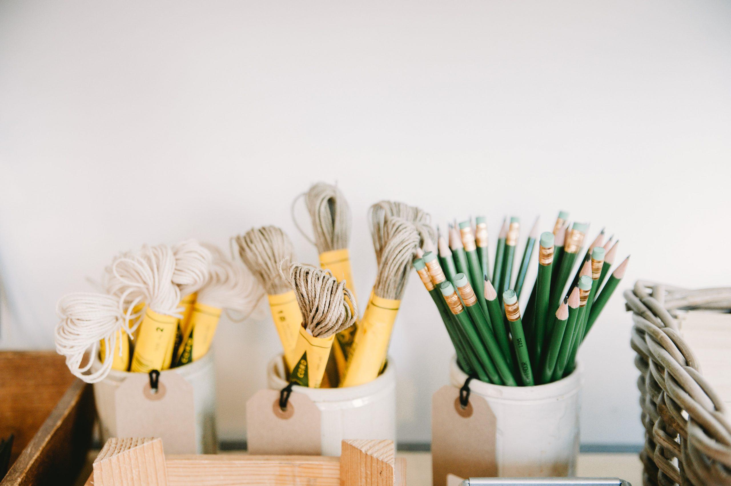 Lápices y tiralineas sobre la mesa
