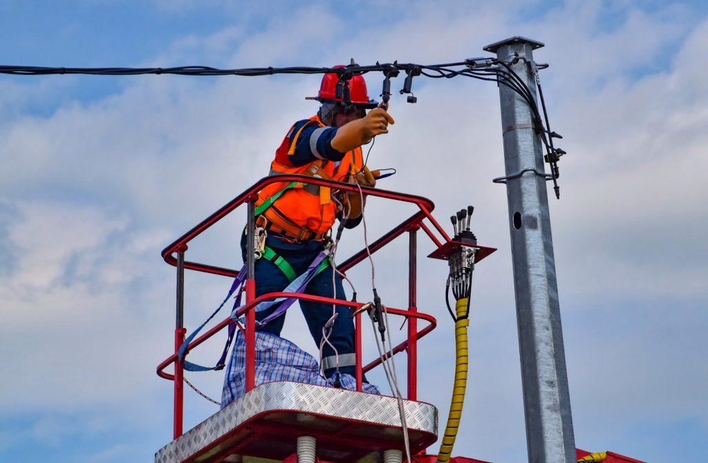 electricista trabajando en cableado