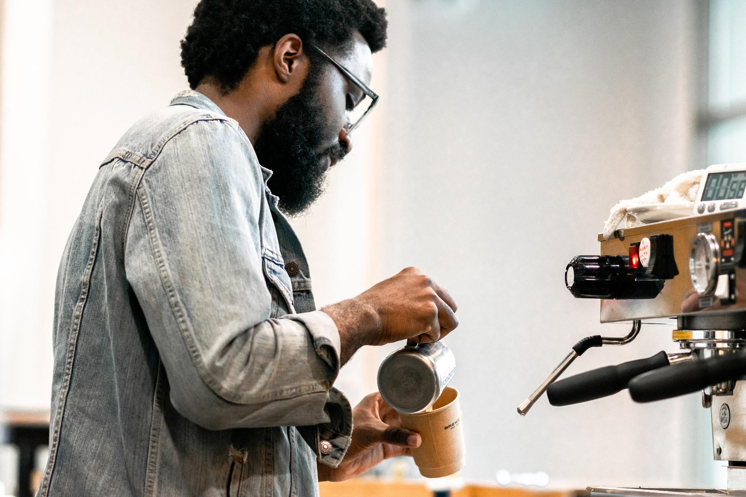 hombre haciendo café