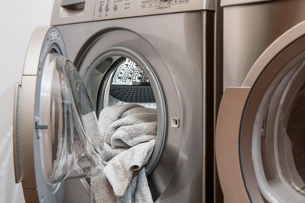 carga de ropa fuera de lavadora