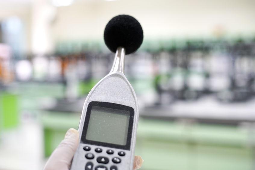 sonometro midiendo sonido
