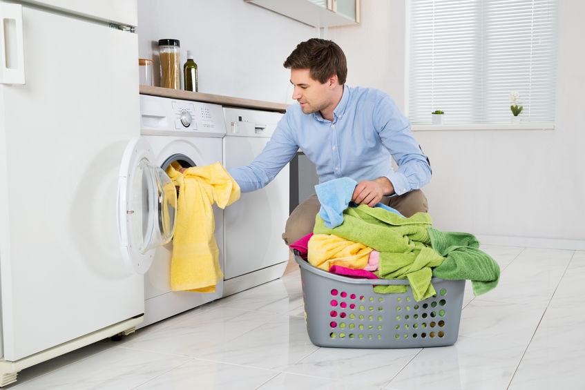 hombre lavando su ropa