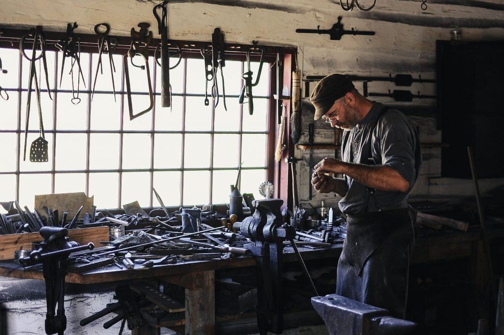 hombre trabajando en su taller
