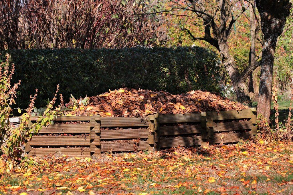 compostador en jardín
