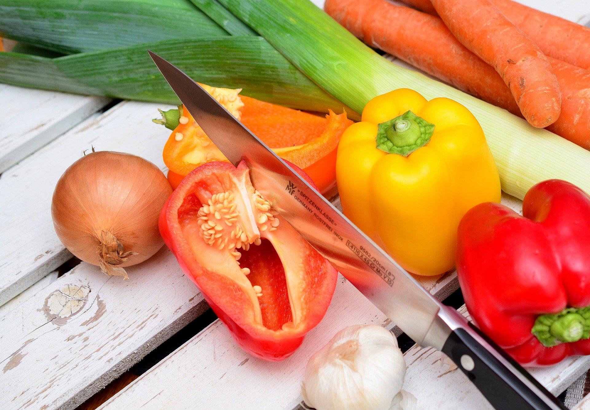Cuchillo sobre verduras partidas