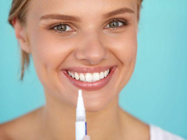 hermosa mujer feliz con sonrisa blanca perfecta con bandeja para blanquear los dientes.