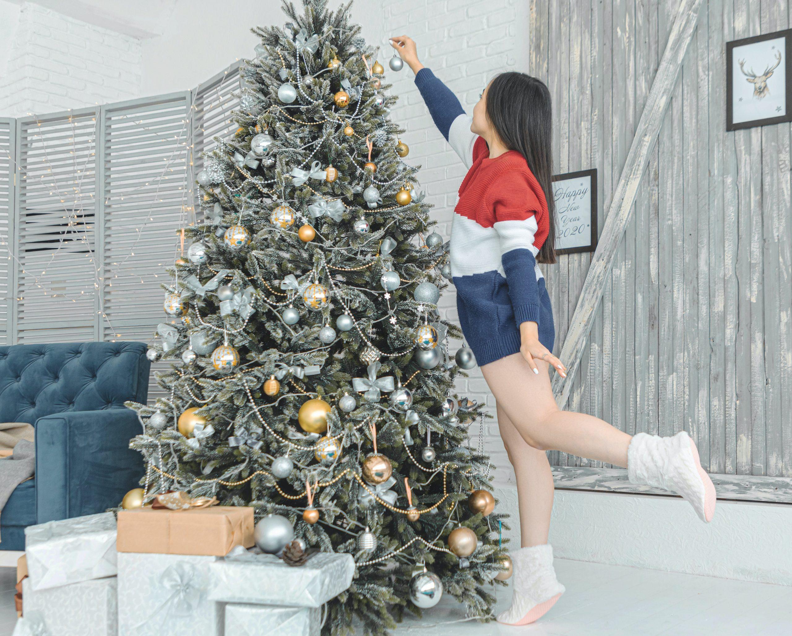 Chica decorando el arbol de navidad
