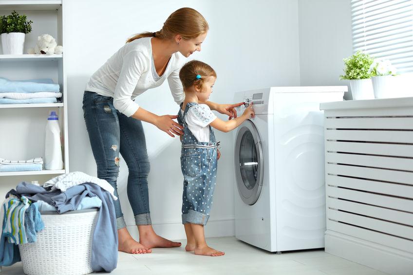 madre enseñando a usar lavadora