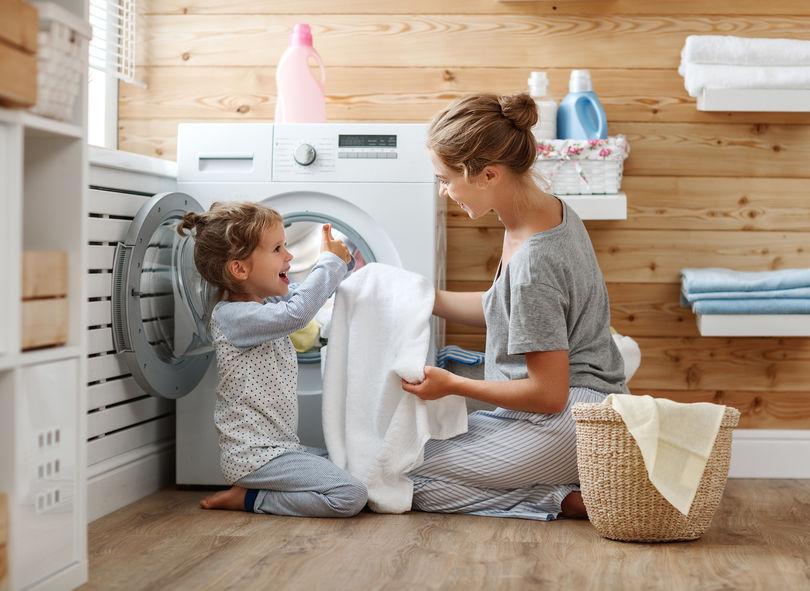 madre e hija lavando