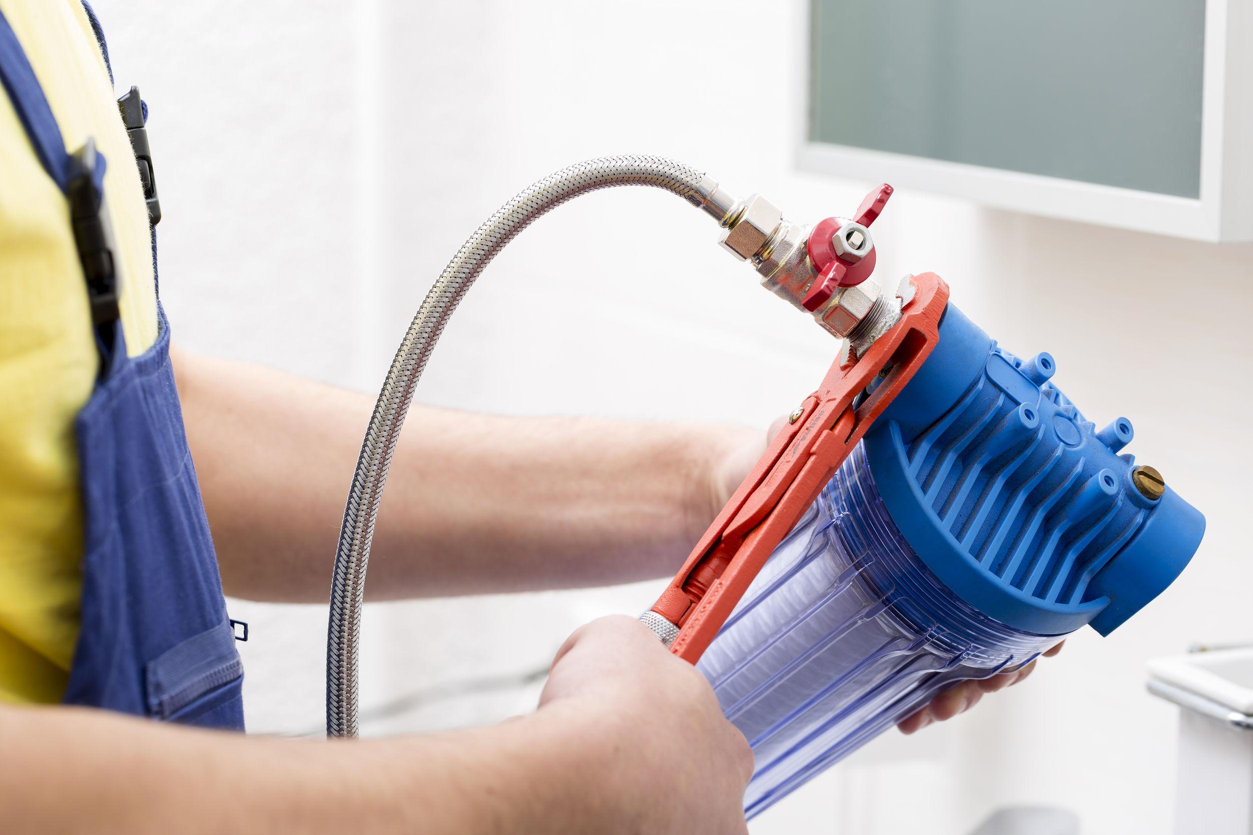 Fontanero instalando nuevo filtro de agua