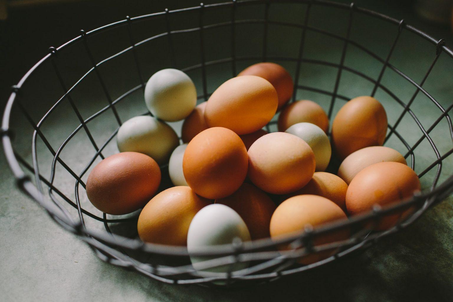 huevos en canasta de metal