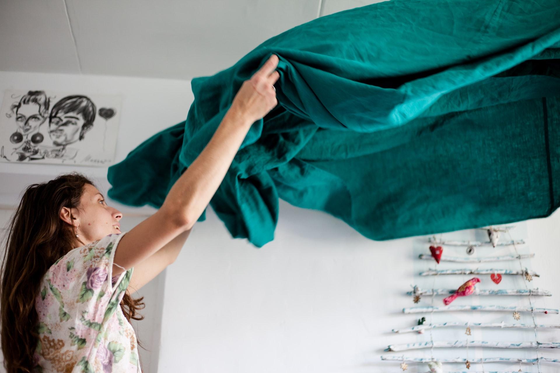 chica limpiando su casa
