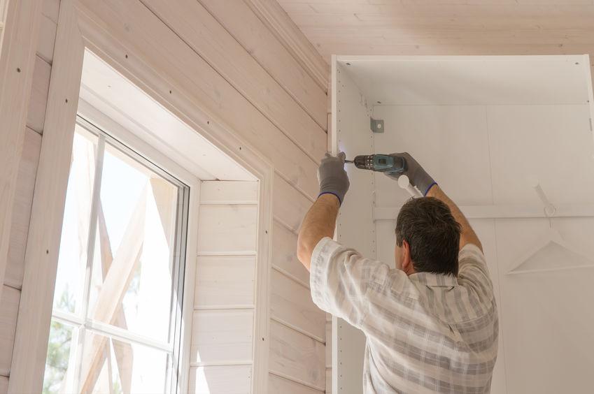 instalando puerta con taladro electrico