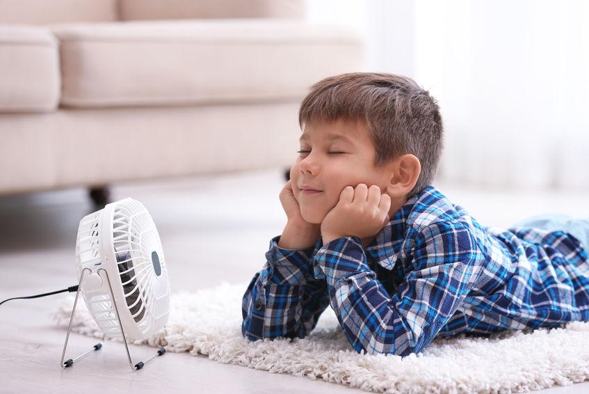 niño frente a ventilador