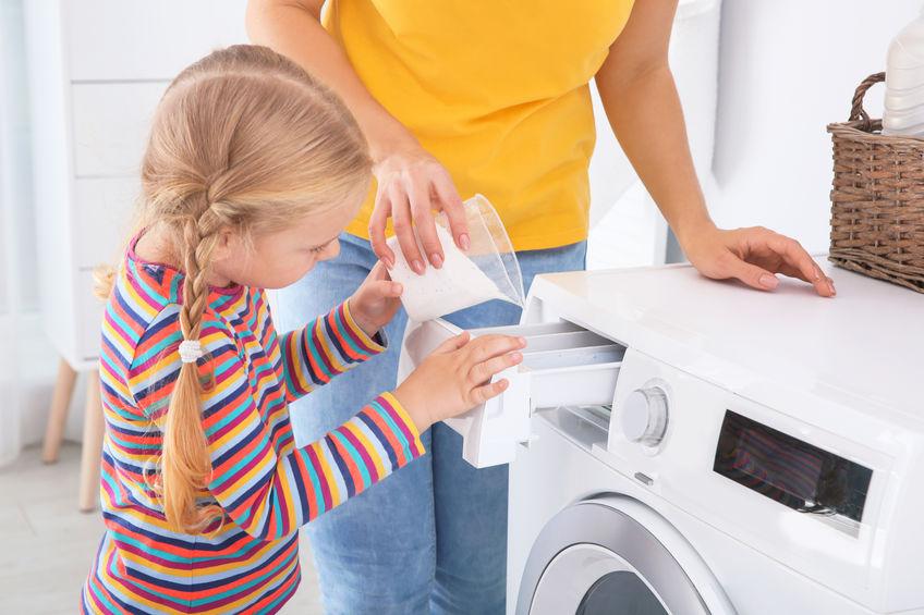 madre con hija aplicando detergente