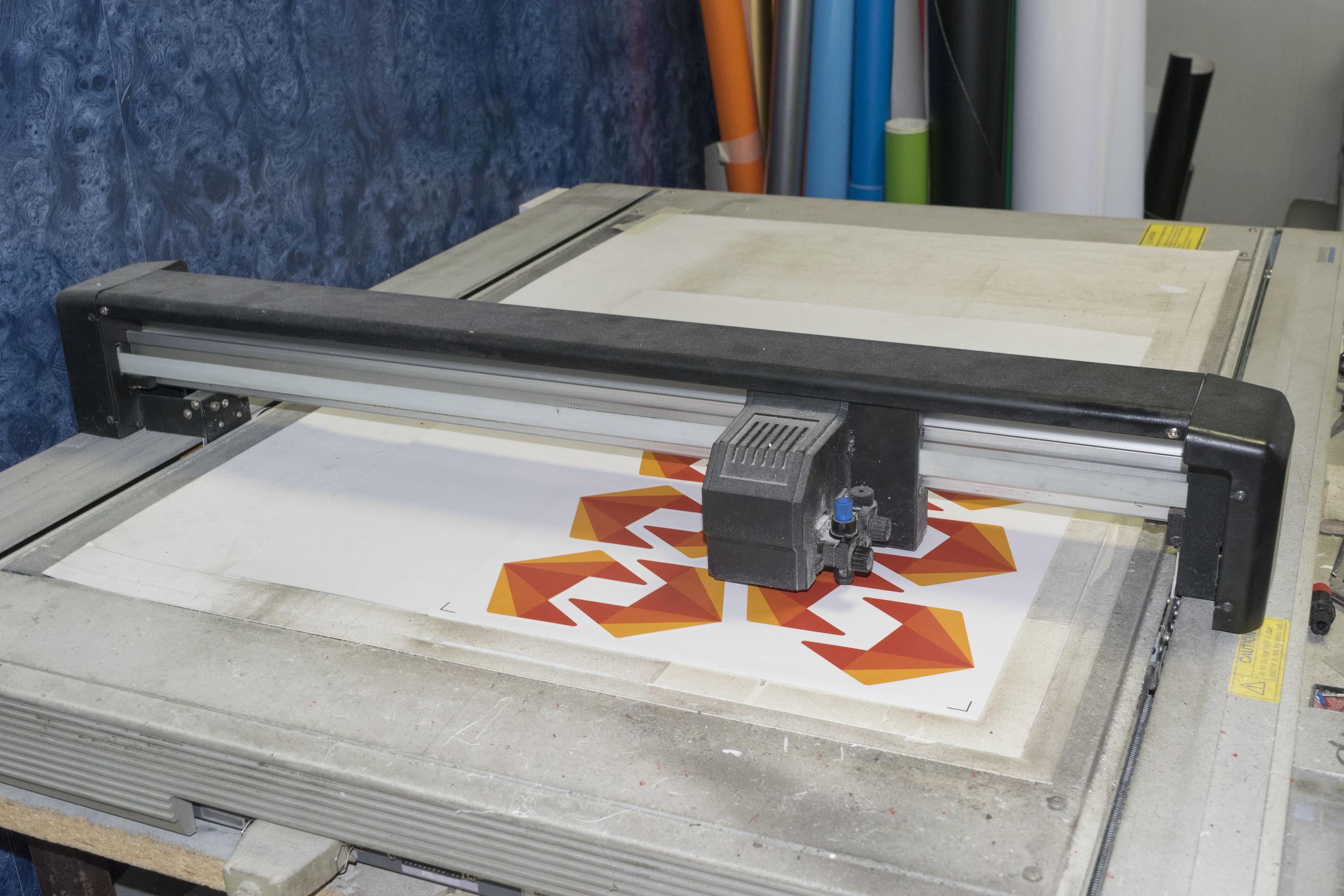 plotter de corte de superficie plana en proceso de trabajo.