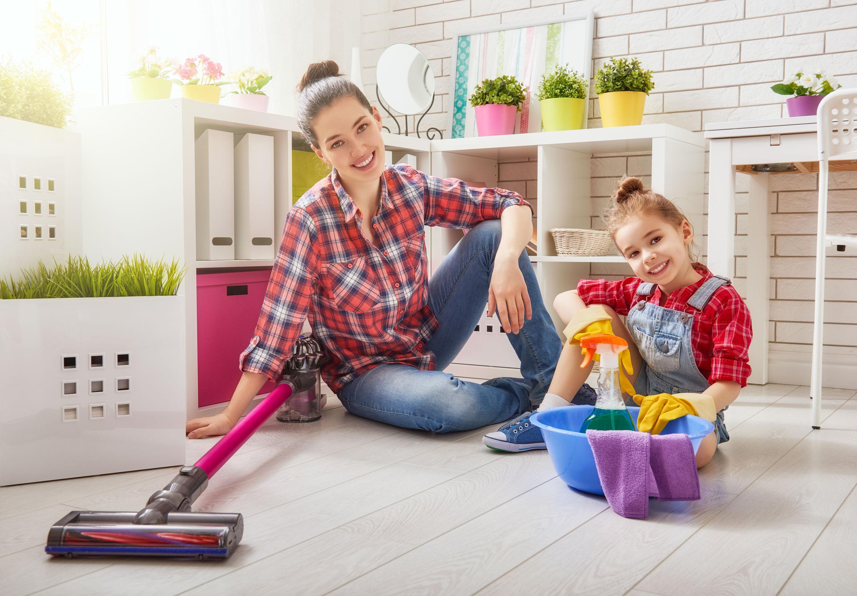 madre con su hija limpiando casa