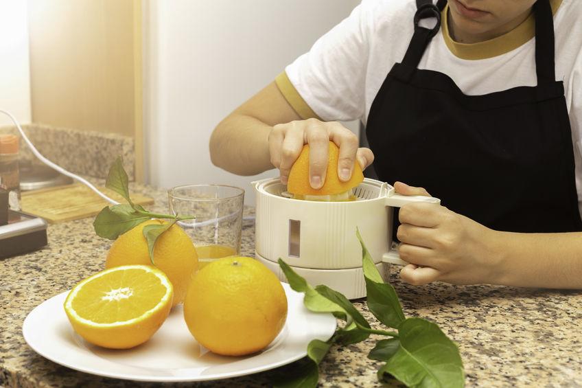 naranjas siendo exprimidas