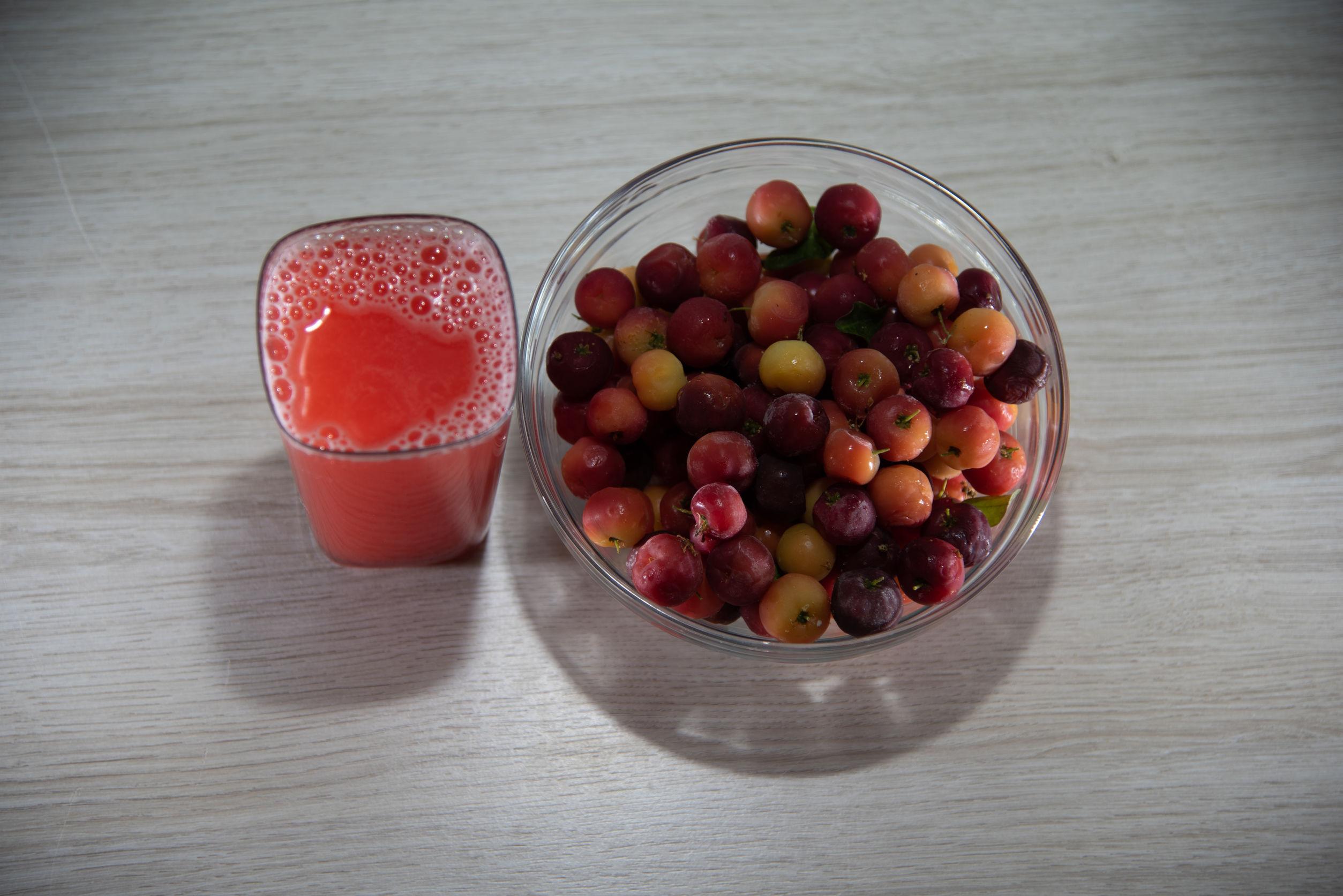 La acerola es una fruta rica en vitamina C, muy utilizada en jugos y helados.