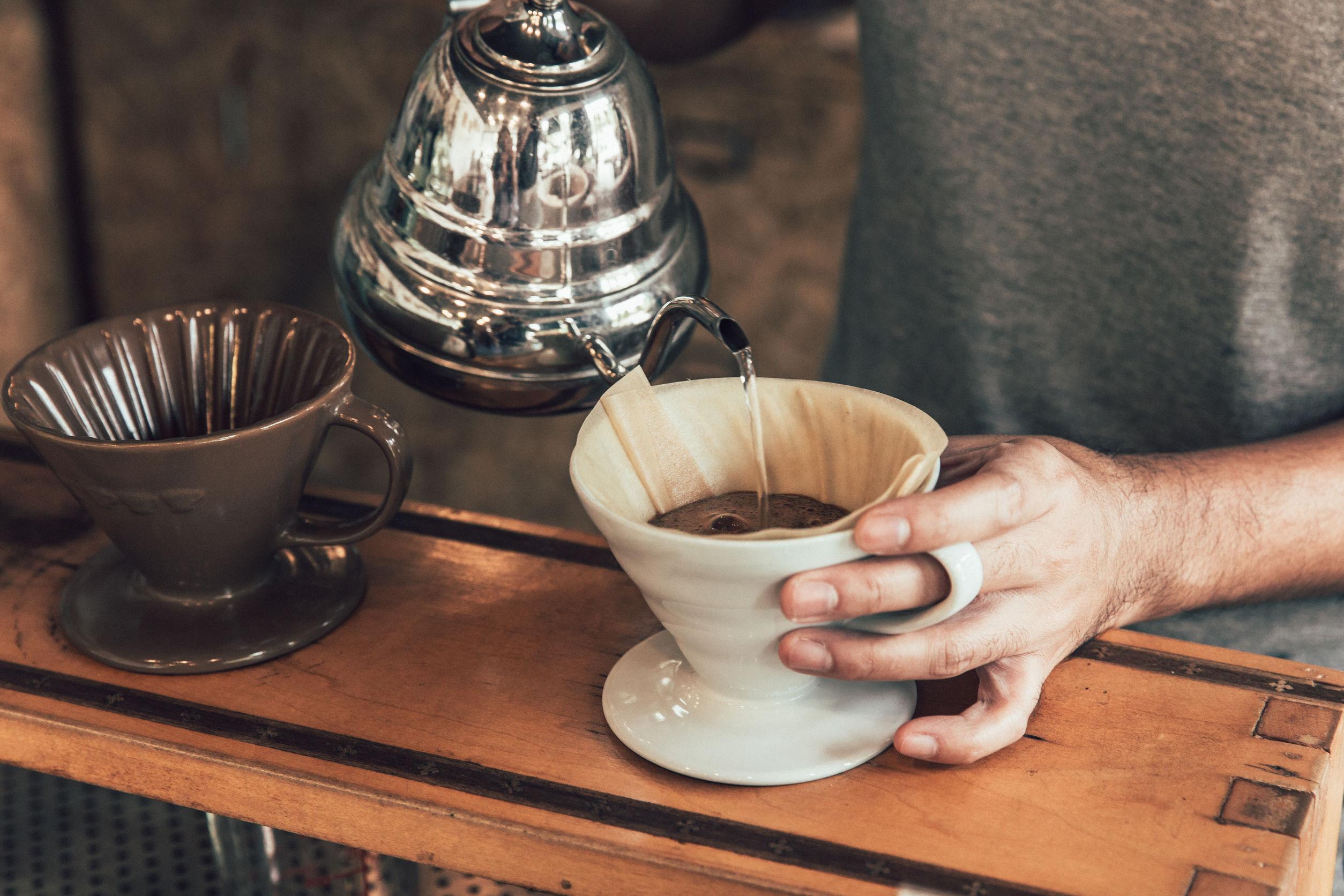 Proceso de elaboración manual de café arábica caliente