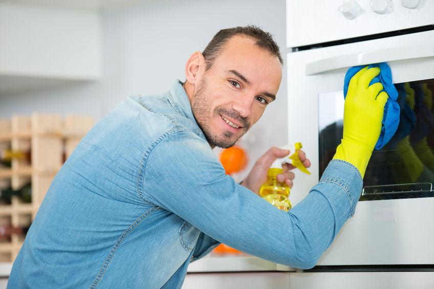 hombre limpiando horno
