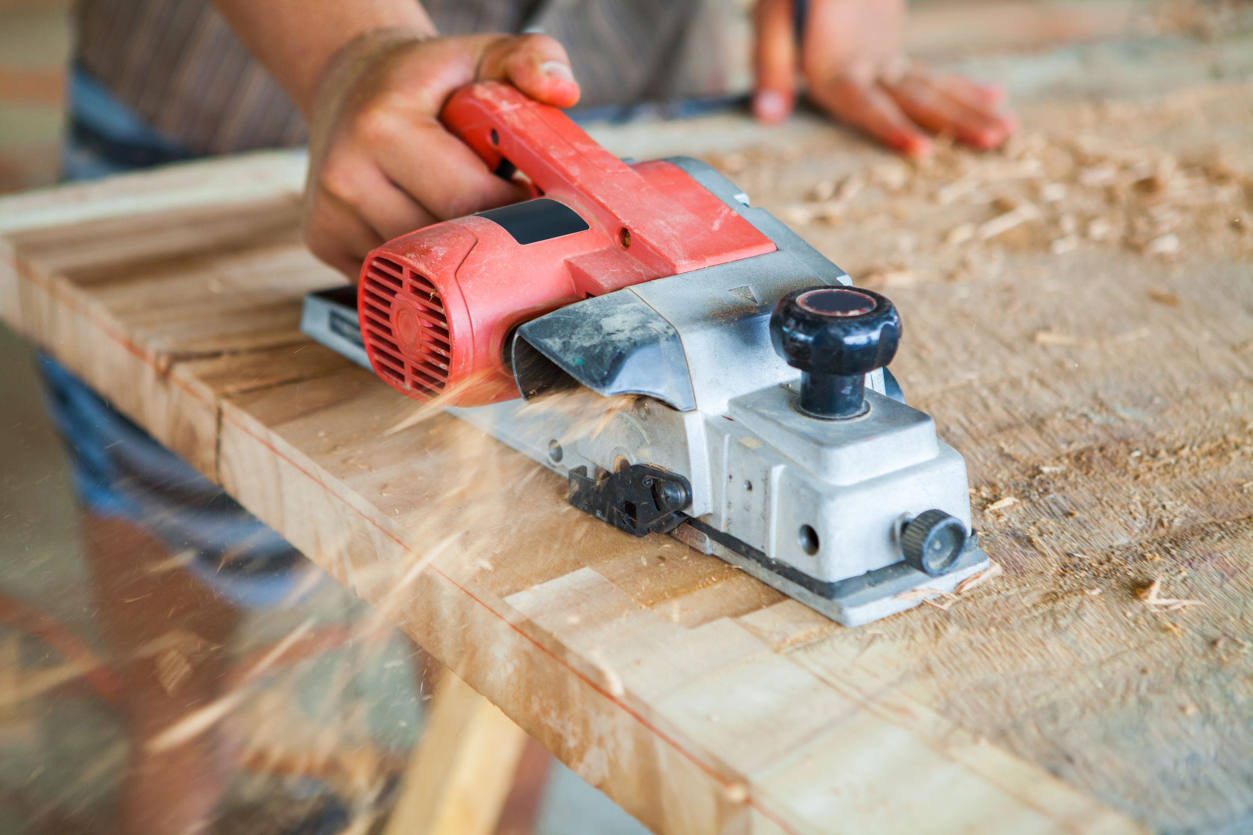cepillando tabla de madera