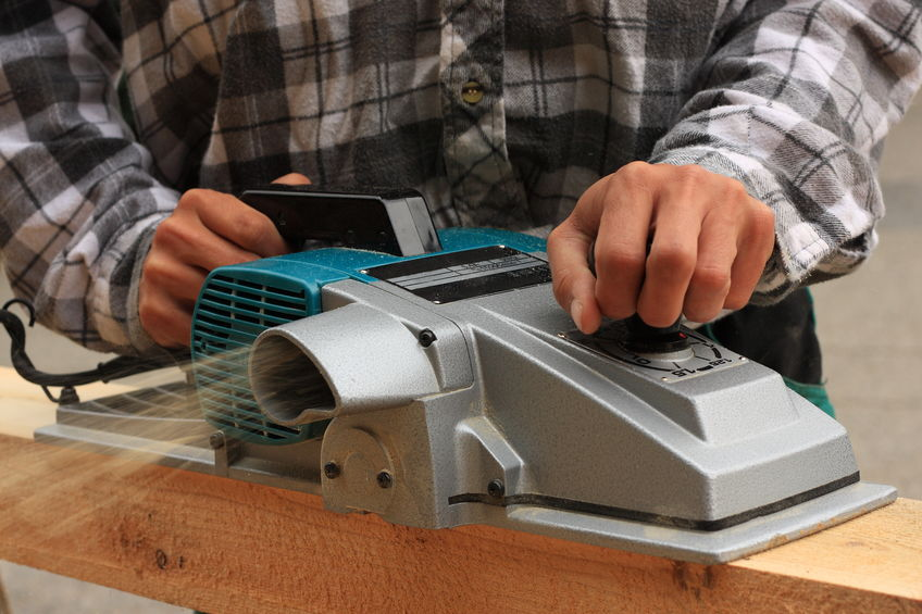 cepilladora electrica usada por carpintero