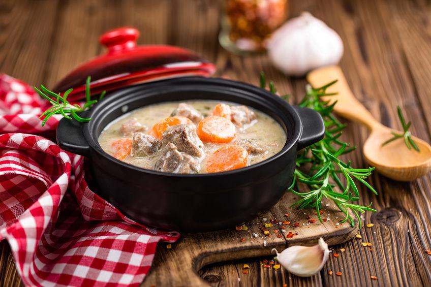 olla de barro con sopa de carne