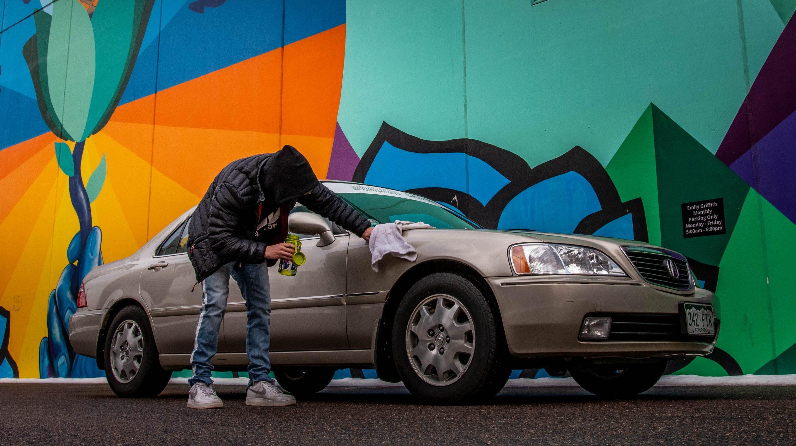 Hombre limpiando su auto