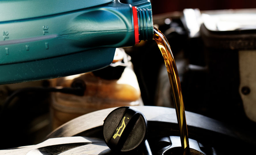 colocando aceite al motor