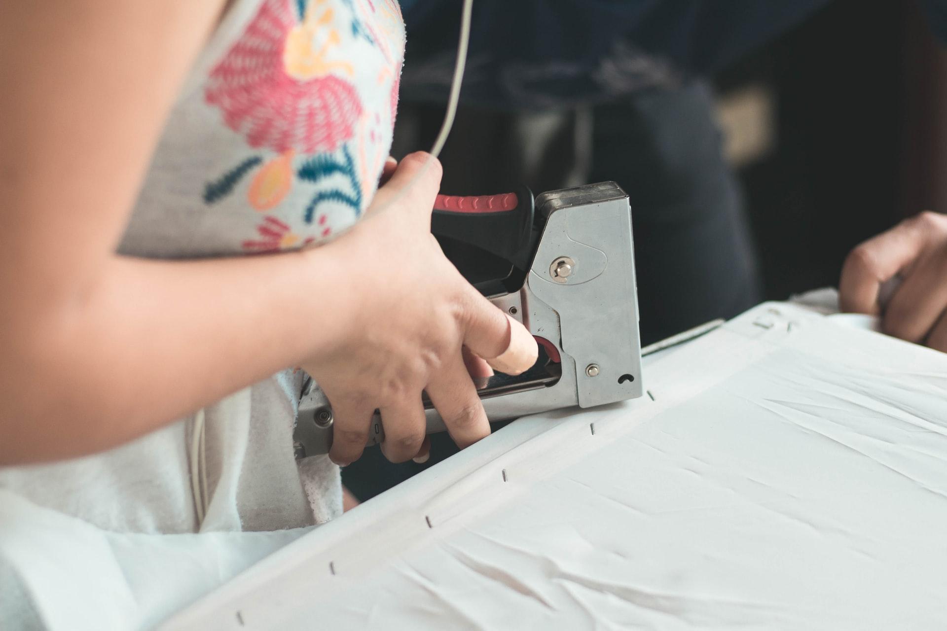 engrapando unas telas