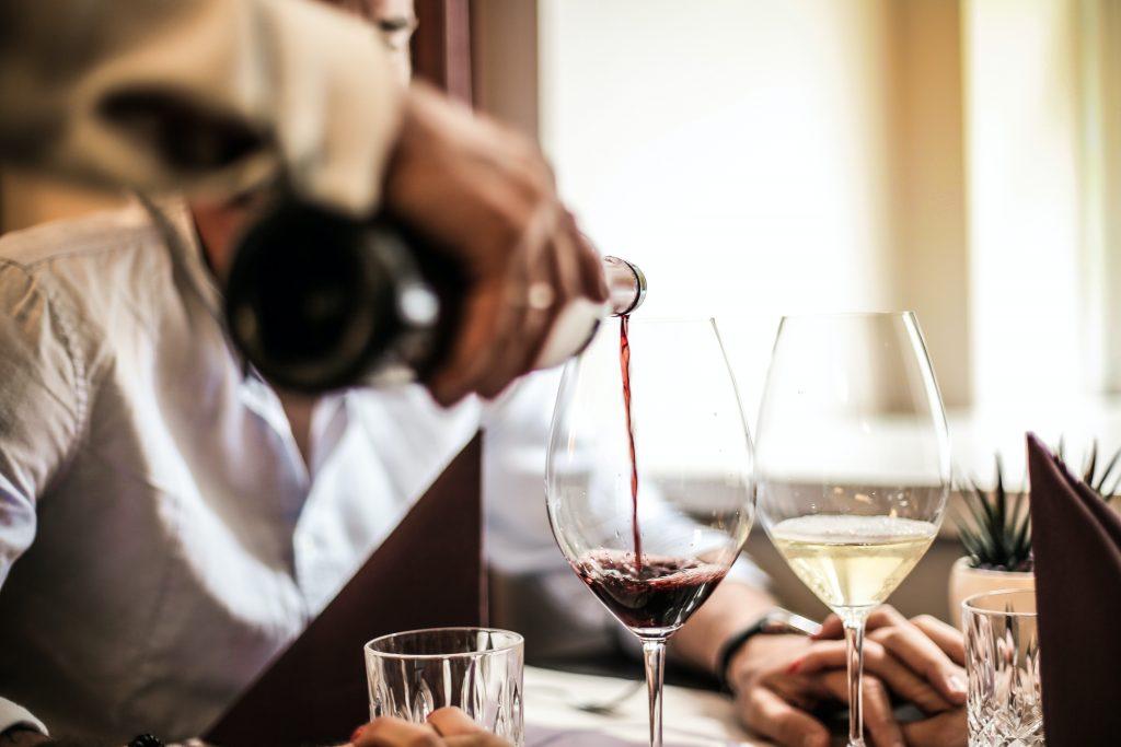 sirviendo vino