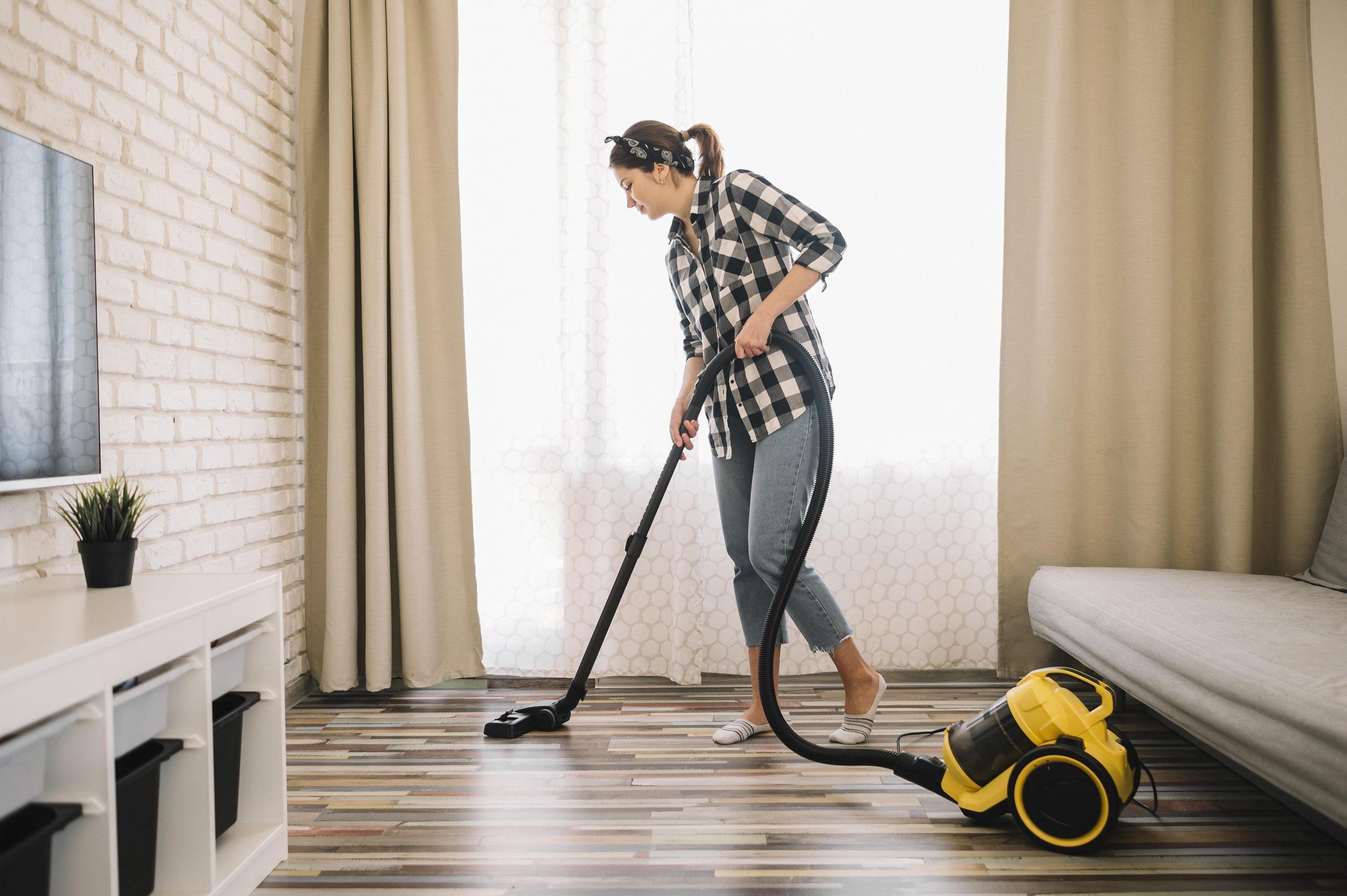 chica limpiando en casa